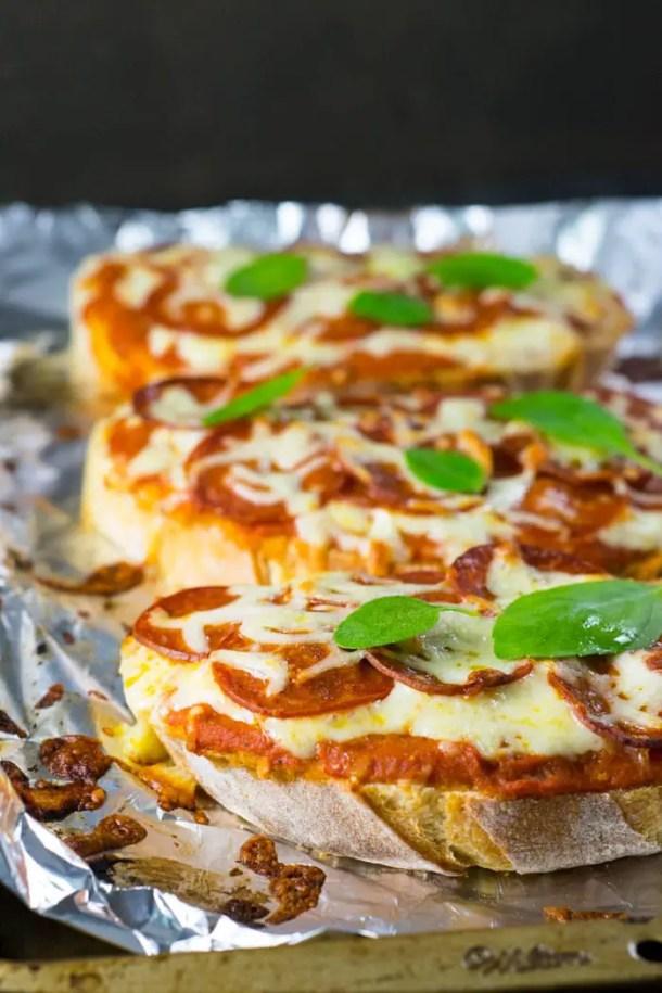 Como fazer Pizza de Peperoni e Queijo no Pão | Malas e Panelas