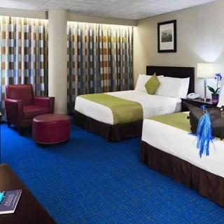 Quarto com duas camas no hotel dentro do aeroporto de Miami