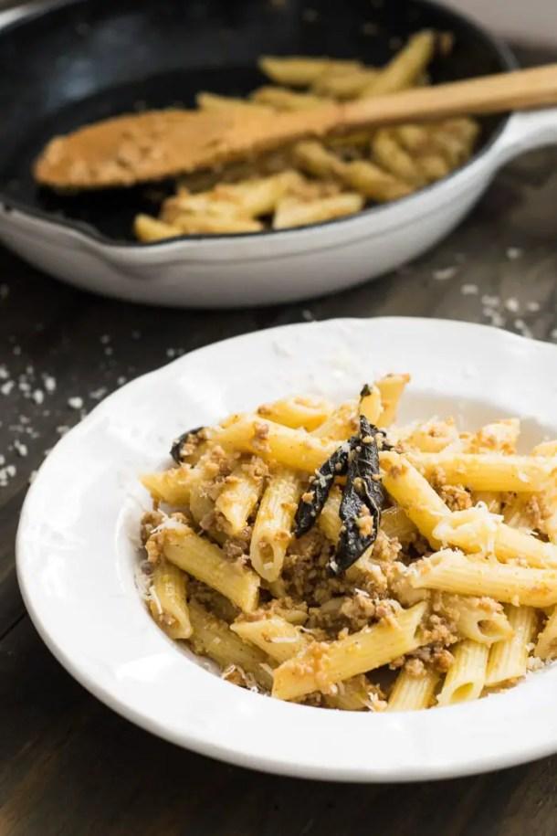 Massa com linguiça italiana, manteiga e sálvia