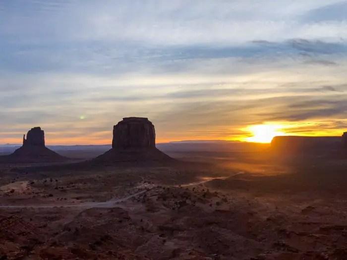 Sol nascendo no Monument Valley