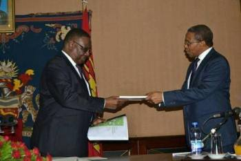 Kikwete with Mutharika during the meeting.