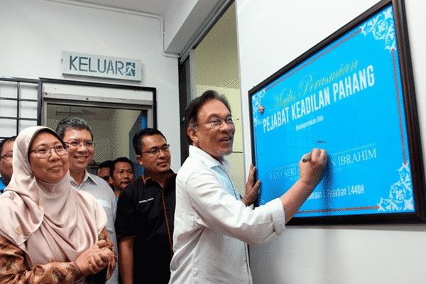 Tindakan tegas kepada mereka yang bergaduh, tahan kereta polis, kata Anwar
