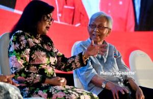 Tun Daim Zainuddin (kanan) dan Tan Sri Rafidah Aziz ketika hadir bagi memberi sokongan pada Malam Semarak Tsunami Rakyat di Taman Keramat, Kuala Lumpur. foto FAREEZ FADZIL, 06 MEI 2018