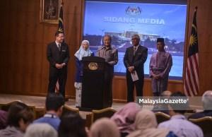 Perdana Menteri, Tun Mahathir Mohamad bercakap pada sidang media selepas Mesyuarat Jawatankuasa Kabinet mengenai Keutuhan Pengurusan Kerajaan sambil diiringi Timbalan Perdana Menteri, Datuk Seri Dr Wan Azizah Wan Ismail (dua kiri), Menteri Kewangan, Yb Lim Guan Eng (kiri), Menteri Dalam Negeri, Tan Sri Muhyiddin Yassin (kanan) dan Ketua Pengarah Pusat Goverans Integriti dan Anti Rasuah Negara (GIACC), Tan Sri Abu Kassim Mohamed (dua kanan) di Dewan Taklimat ICU, Kompleks Perdana Putra, Putrajaya. foto AFFAN FAUZI, 08 JUN 2018