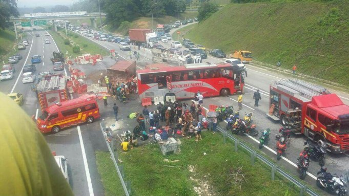 Keadaan di kawasan kemalangan membabitkan sebuah bas ekspres, treler dan lori tangki di Kilometer 142 Lebuhraya Utara Selatan berdekatan Pagoh.