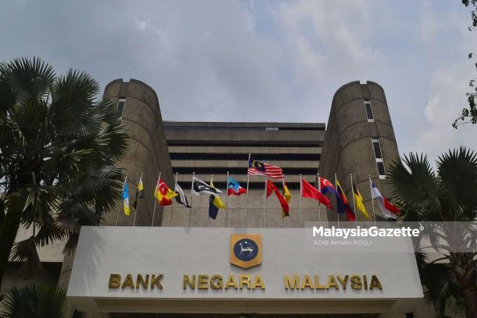 Rizab antarabangsa Bank Negara Malaysia jatuh 2.97 peratus kepada AS$104.7 bilion setakat 29 Jun lalu berbanding AS$107.9 bilion pada 14 Jun.
