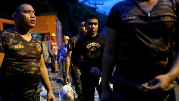 Suasana di luar Gua Tham Luang, dekat Chiang Rai di mana operasi menyelamat yang terperangkap di situ dijangka disambung semula hari ini.