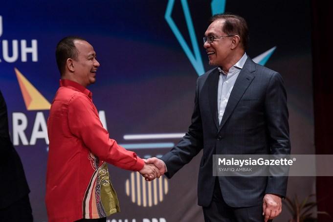 Ketua Umum Parti Keadilan Rakyat (PKR), Datuk Seri Anwar Ibrahim (kanan) bersalaman dengan Menteri Pendidikan, Dr. Maszlee Malik (kiri) pada majlis Syarahan Negarawan 2018 di Balai Budaya Tun Syed Nasir, Wisma DBP, Kuala Lumpur. foto SYAFIQ AMBAK, 25 SEPTEMBER 2018.