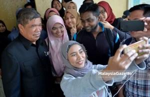 Presiden Parti Amanah, Mohamad Sabu beramah mesra bersama peserta pada Seminar UMCEDEL (Hala Tuju Parti Amanah Pasca PRU-14) di Univesiti Malaya, Kuala Lumpur. foto IQBAL BASRI, 12 OKTOBER 2018
