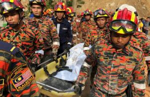 Mayat ketujuh mangsa kejadian tanah runtuh di Jalan Bukit Kukus, Paya Terubong dekat sini ditemui dalam keadaan tidak sempurna dengan sebahagian anggota badan serta kepala tercerai daripada tubuh di bawah timbunan tanah pada kedalaman 10 meter.