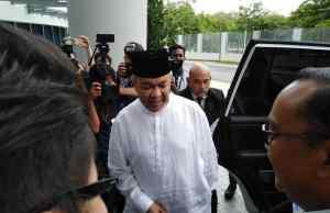 Presiden UMNO, Datuk Seri Dr Ahmad Zahid Hamidi beredar dari Ibu PejabatSuruhanajaya Pencegahan Rasuah Malaysia (SPRM) pukul 12.24 tengahari tadi.