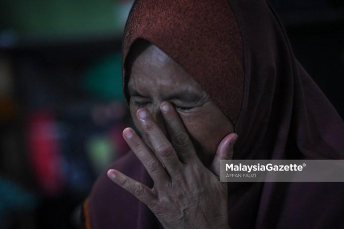 Asma Aziz tidak dapat menahan kesedihan ketika ditemubual mengenai anaknya, Allayarham Muhammad Adib Mohd Kassim yang meninggal dunia akibat insiden rusuhan Kuil Sri Maha Mariamman, USJ 25, Subang Jaya di kediamannya di Kampung Tebengau, Jalan Kuala Kedah, Kedah. foto AFFAN FAUZI, 19 DISEMBER 2018