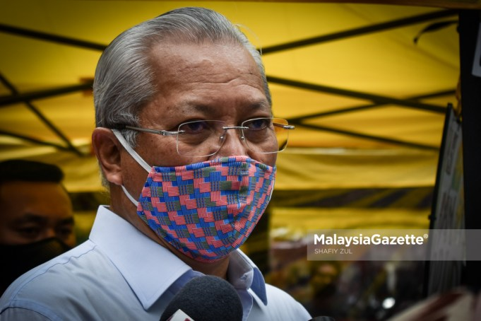 Menteri Wilayah Persekutuan, Tan Sri Annuar Musa, bercakap kepada media ketika Majlis Penyerahan Lesen Perniagaan KL Prihatin di Jalan Tengah, Kuala Lumpur. Foto SHAFIY ZUL, 08 FEBRUARI 2021
