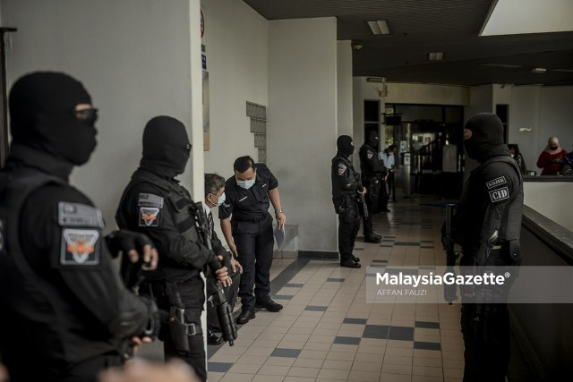 Police officers from the Melaka Criminal Investigation Department (CID) controlle the perimeter of the court during the murder and child abuse trial of Zubaidi Amir Qusyairi Abd. Malek at the Melaka Courts Complex in Ayer Keroh.     PIX: AFFAN FAUZI / MalaysiaGazette / 10 FEBRUARY 2021