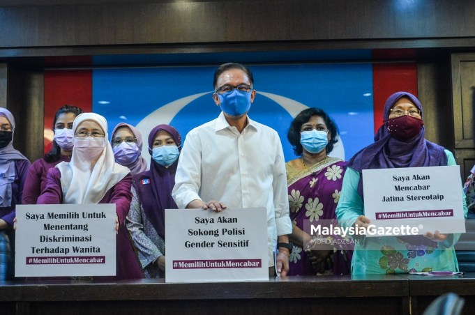"""UMNO Bersatu The President of PKR, Datuk Seri Anwar Ibrahim (centre) in a group picture with the Chairperson of the PKR Advisory Council Datuk Seri Wan Azizah Wan Ismail (left) and the PKR Women Chief, Fuziah Salleh (right) after they launched the """"Community Alert"""" campaign in conjunction with the International Women's Day 2021 at the Headquarters of PKR in Petalina Jaya. PIX: MOHD ADZLAN / MalaysiaGazette / 08 MARCH 2021"""