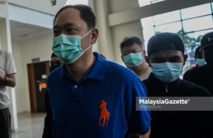 hitting bodyguards Chun Chee Yang, 43, the employer, businessman cum main suspect in the bodyguards assault case is brought to the Klang Magistrate Court after he is accused of hitting the bodyguards for fasting. PIX: MOHD ADZLAN / MalaysiaGazete / 22 APRIL 2021