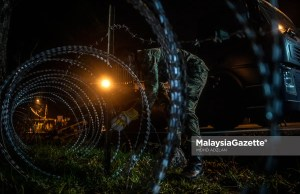 Disease Outbreak Alert System total lockdown The Malaysian Armed Forces installling wire barbed fence around the Top Glove employees dormitory after the Enhanced Movement Control Order (EMCO) is implemented on the area to curb the spread of Covid-19. PIX: MOHD ADZLAN / MalaysiaGazette / 17 NOVEMBER 2020.
