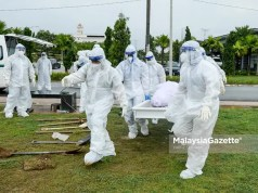 death toll The body of a Covid-19 patient is brought to the cemetery to be laid to rest. PIX: MalaysiaGazette Covid-19 death toll Malaysia