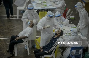 (Picture for representational purposes only). Healthcare workers conducting Covid-19 screening at the MPAJ AU2 Multipurpose Hall, Keramat, Selangor. PIX: AFFAN FAUZI / MalaysiaGazette /18 MAY 2021. new Covid-19 record