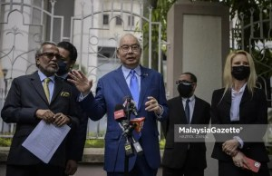 Former Prime Minister, Datuk Seri Najib Razak and his lawyer, Tan Sri Muhammad Shafee Abdullah (left) during a news conference after the Kuala Lumpur High Court dismissed the government's application to forfeit RM114 million seized during a raid at the Pavilion Residences in 2018. PIX: HAZROL ZAINAL / MalaysiaGazette / 20 MAY 2021.