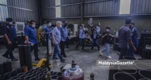 operate during FMCO Home Minister Datuk Seri Hamzah Zainudin doing a spot check on a steel manufacturing factory in a compliance operation in conjunction with the Movement Control Order (MCO) 3.0 in Kajang, Selangor. PIX: HAFIZ SOHAIMI / MalaysiaGazette / 17 JUNE 2021.