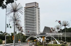 Dewan Rakyat Members of Parliament MP Speaker The government has agreed to advise Yang Dipertuan Agong Al-Sultan Abdullah to hold the Third Term of 14th Parliament Sitting for five days from 26 until 29 July