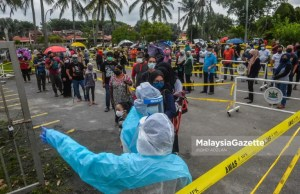 record Individuals who are suspected to be Covid-19 positive in a long queue to get health assessment at the Covid-19 Assessment Centre (CAC), of Dewan Sukan MPK, Taman Sri Andalas, Klang. PIX: MOHD ADZLAN / MalaysiaGazette / 13 JULY 2021
