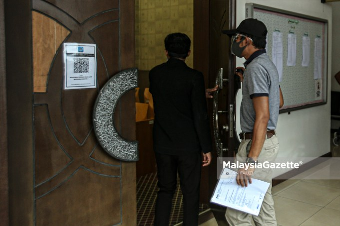 releasing foreigners Ops Selat An Immigration Officer is charged at the Shah Alam Sessions Court for accepting bribe and not reporting the incident to the Malaysian Anti-Corruption Commission (MACC).  PIX: AFFAN FAUZI / MalaysiaGazette / 20 AUGUST 2021
