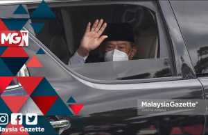 Perikatan Nasional cabinet resigns Prime Minister Tan Sri Muhyiddin Yassin waved to the media practitioners as he leaves Gate 1 of Istana Negara after having an audience with the Yang di-Pertuan Agong. PIX: SYAFIQ AMBAK / MalaysiaGazette /16 AUGUST 2021