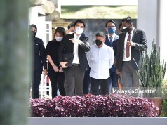 Datuk Ken Dato' Businessman, Liow Lian Keong or Datuk Ken (in white shirt) and his wife, Chen Lye Kuen are charged at the Selayang Court under Common Gaming Houses Act 1951. PIX: FAREEZ FADZIL / MalaysiaGazette / 17 SEPTEMBER 2021. bitcoin mining, online gambling syndicate, illegal money lender ah long