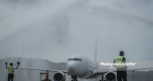 Flight MH1432 carries the first group of tourists safely arrives at the Langkawi International Airport, Kedah, in conjunction with the pioneer travel bubble project in the holiday island. PIX: HAZROL ZAINAL / MalaysiaGazette / 16 SEPTEMBER 2021.