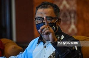 Bekas Ketua Menteri Melaka, Datuk Seri Idris Haron bercakap di sidang media khas susulan kenyataan hilang kepercayaan kepada Ketua Menteri Melaka di Hotel Casa Del Rio, Melaka. Foto MOHD ADZLAN, 05 OKTOBER 2021.