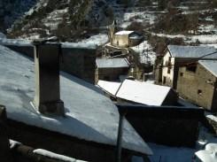 Norís, amb l'abadia (façana blanca)