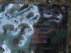 La placa amb versos de Verdaguer a dalt del Salòria