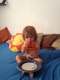 Sol wcina pizzę, uwielbia :), na szczęście nie jemy często.
