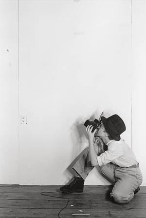 """Cindy Sherman, Murder Mistery People, 1976. Courtesy Sammlung Verbund Opere giovanili 1975-1977 dalla COLLEZIONE VERBUND 1.2. - 26.5.2013 A cura di: Gabriele Schor (Collezione Verbund) Inaugurazione: 31.01.2013, h 19 Merano Arte ha il piacere di ospitare dal 1 febbraio al 2 giugno 2013 la mostra realizzata dalla Collezione Verbund di Vienna """"Cindy Sherman. That's me – That's not me. Le opere giovanili 1975-1977"""". Da oltre 35 anni Cindy Sherman (*1954 Glen Ridge, New Jersey) esplora la visione di un ampio campionario di ruoli sociali e identità femminili. Rispetto a quanto"""