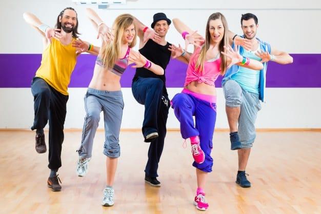 Grupo de alunos dançando
