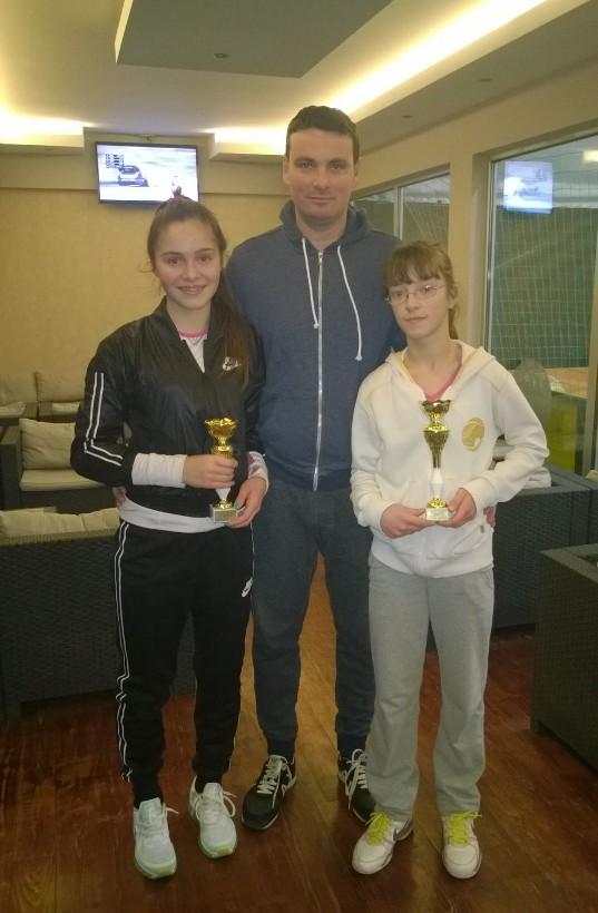 Valentina Rudaljević i Tara Gančev, finalistkinje Otvorenog prvenstva Šapca u TK Sunrise, januar 2015.