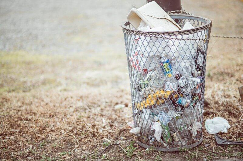 回収されない公園のゴミ箱