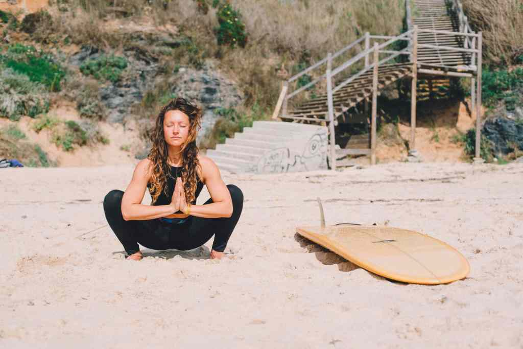 Surf yoga workshop Malasana mental coaching girl