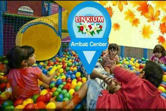 Enfants qui jouent dans le parc Gymbo