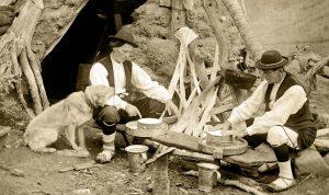 [cml_media_alt id='531']Pastores chesos haciendo queso en la puerta de una cabaña en el Valle de Guarrinza (Foto: Ricardo Compairé)[/cml_media_alt]
