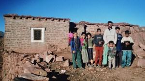 Familia de un poblado contiguo al Yagur [Imagen: Revista SABC]