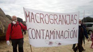 Vecinos de Loporzano protestando contra la ganadería intensiva.