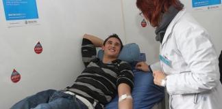 Joven donando sangre