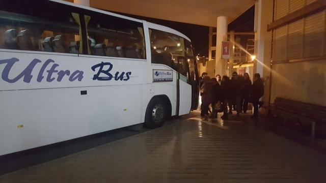 180117 SFM mete a usuarios al autobús