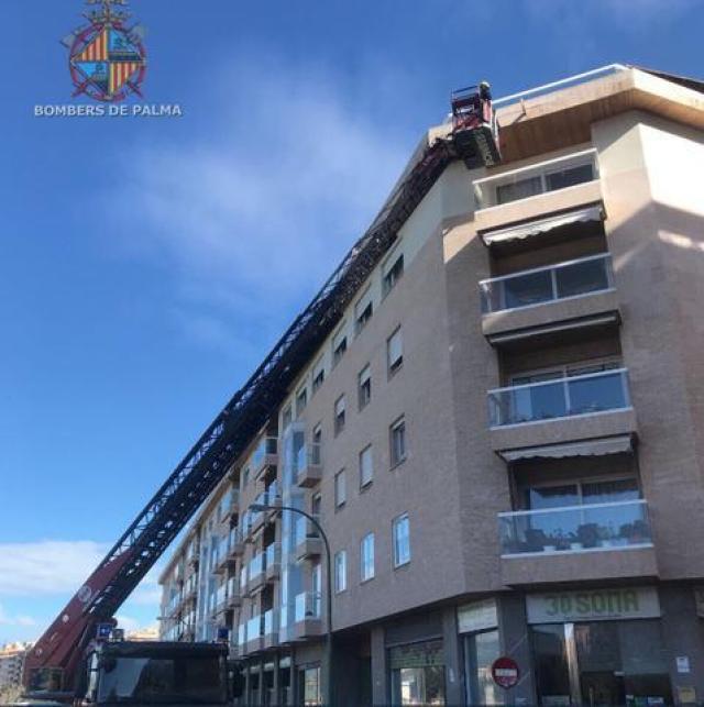 bomberos arreglan fachada que se caen piedras por viento