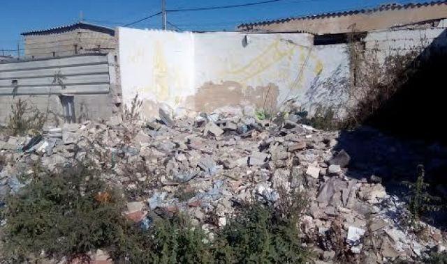 Una excavadora en plena acción para echar abajo las viviendas de Son Banya (Foto: Lluis FGM)