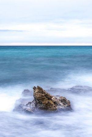 En este caso, para conseguir un mayor tiempo de exposición se forzó la cámara y, aunque la fotografía en general esté bien expuesta, se pierde detalle en la espuma del agua chocando contra las rocas. Queda una mancha blanca.