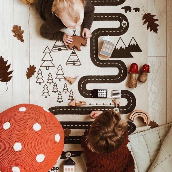 guardar juguetes, zona de juegos, ambiente preparado montessori, alfombras para niños